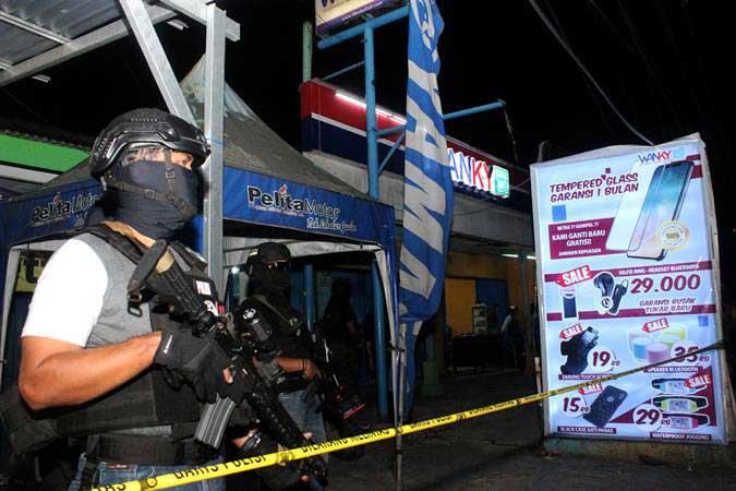 Ilustrasi. Tim Densus 88 Mabes Polri berjaga saat penggeledahan barang bukti milik terduga teroris, di sebuah kios aksesoris ponsel, Jalan KH Mochtar Tabrani, Bekasi, Jawa Barat, Rabu (8/5/2019). - ANTARA/Risky Andrianto