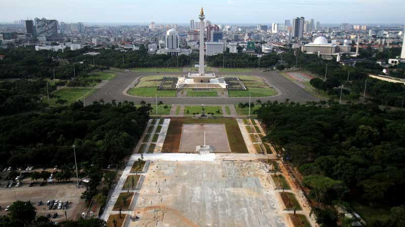 Pemandangan proyek revitalisasi sisi selatan Monumen Nasional (Monas) di Jakarta, Selasa (10/3/2020). Bisnis - Arief Hermawan P