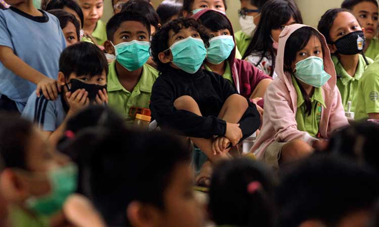 Sejumlah siswa mengikuti sosialisasi penggunaan masker di Sekolah Tunas Global, Depok, Jawa Barat, Selasa (3/3/2020). Kegiatan tersebut sebagai upaya antisipasi Virus Corona pada usia dini dengan mengukur suhu tubuh saat memasuki sekolah dan mensosialisasi penggunaan masker yang benar saat sakit. ANTARA FOTO - Asprilla Dwi Adha