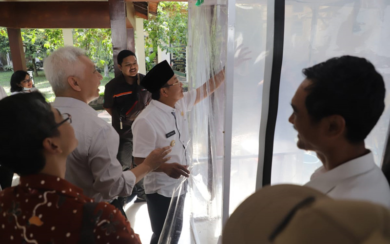 Wali Kota Malang Sutiaji (kiri) saat memeriksa Bilik SiCo (Sikat Corona) di Malang, Kamis (19/3 - 2020). Foto: Istimewa