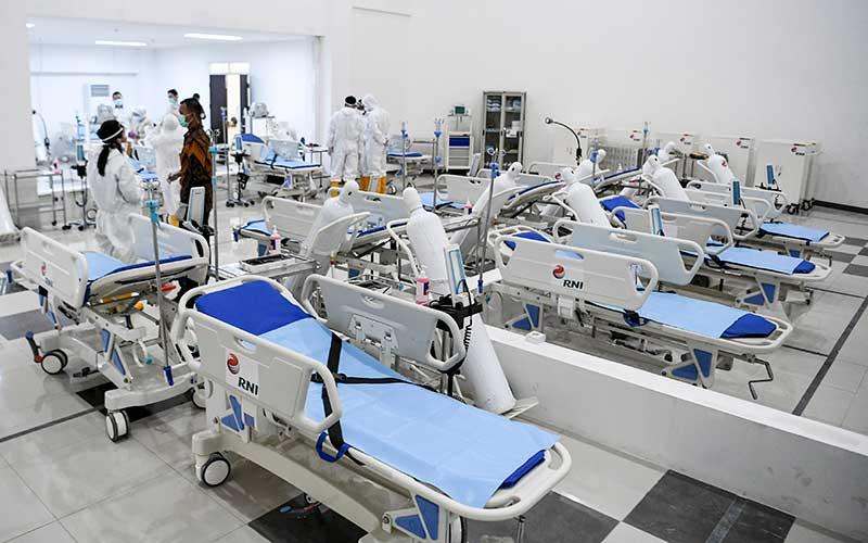 Ilustrasi. Petugas kesehatan memeriksa alat kesehatan di ruang IGD Rumah Sakit Darurat Penanganan COVID-19 Wisma Atlet Kemayoran, Jakarta, Senin (23/3/2020). Rumah Sakit Darurat Penanganan COVID-19 Wisma Atlet Kemayoran itu siap digunakan untuk menangani 3.000 pasien. ANTARA FOTO/Hafidz Mubarak A - Pool