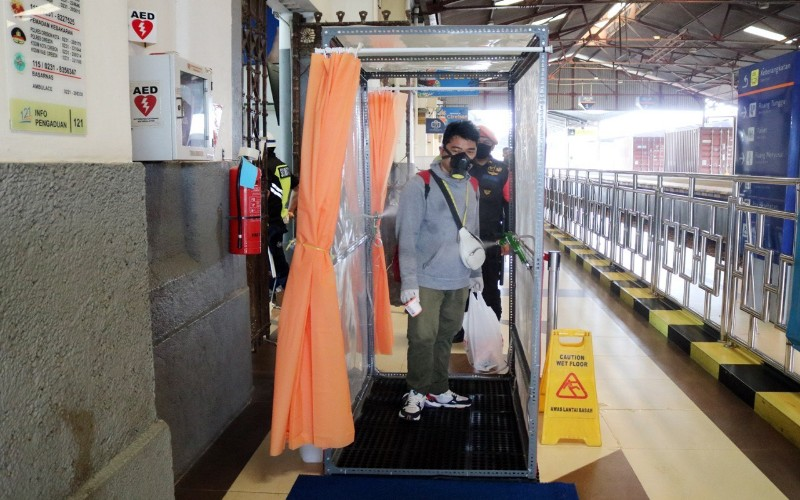 Bilik disinfektan dipasang di Stasiun Daop 3 Cirebon - Bisnis/Hakim Baihaqi
