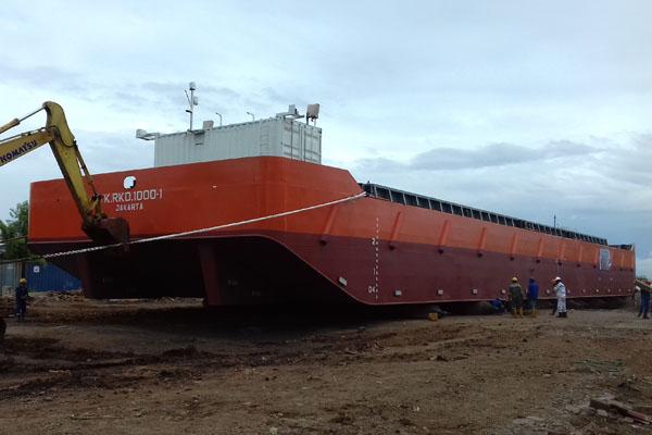 Kapal Hopper Barge RKD 1000-1, sebelum diluncurkan dari galangan kapal PT Rukindo, di kawasan Pelabuhan Tanjug Priok, Jakarta Rabu (21/3/2018). - Bisnis/Akhmad Mabrori