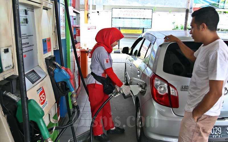 Petugas melakukan pengisian bahan bakar minyak di salah satu Stasiun Pengisian Bahan Bakar Umum (SPBU) di Jakarta, Sabtu (14/3/2020). Bisnis - Eusebio Chrysnamurti