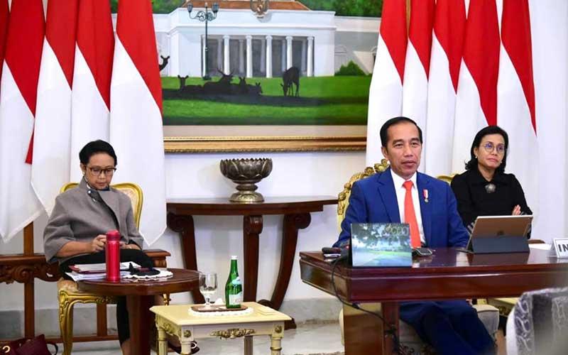 Presiden Joko Widodo (tengah) didampingi Menteri Luar Negeri Retno Marsudi (kiri) dan Menteri Keuangan Sri Mulyani Indrawati (kanan) saat mengikuti KTT Luar Biasa G20 secara virtual dari Istana Kepresidenan Bogor, Kamis (26/3 - 2020). KTT tersebut membahas upaya negara/negara anggota G20 dalam penanganan COVID/19. Biro Pers dan Media Istana