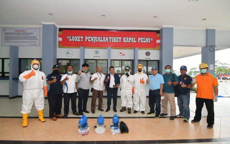 Manager CSR Pupuk Kaltim Fakhri Husaini (lima kiri) berpose dengan tim usai melakukan penyemprotan disinfektan di Pelabuhan Pelni Loktuan, Bontang. - JIBI/Istimewa