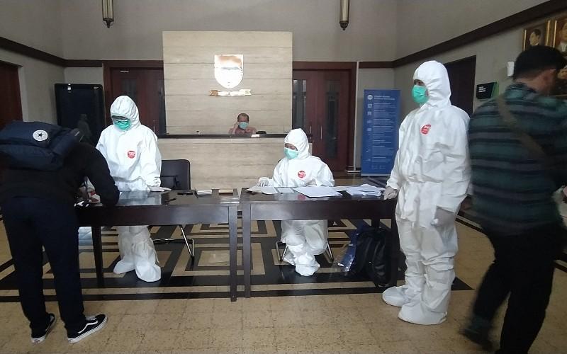 Awak media mendaftar untuk tes COVID-19 di Balai Kota - Bisnis/Dea Andriyawan