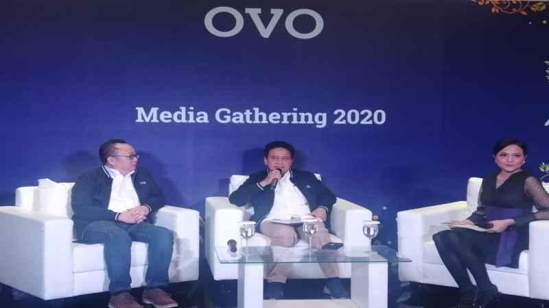 ilustrasi - Co-Founder/CEO Bareksa Karaniya Dharmasaputra (kiri) dan Mirza Adityaswara (tengah) saat konferensi pers usai ditunjuk menjadi komisaris utama OVO. - Bisnis/Akbar Evandio