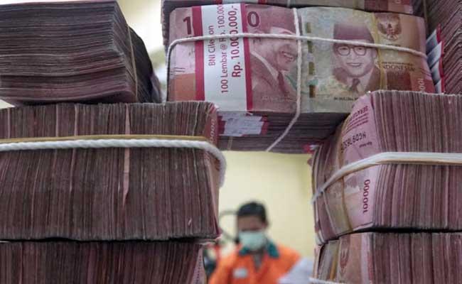 Karyawan merapikan uang di cash center Bank BNI, Jakarta, Selasa (11/2/2020). - Bisnis/Himawan L Nugraha