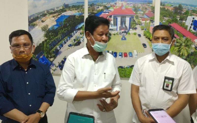 Plt Gubernur Kepulauan Riau (Kepri) Isdianto (tengah). - Bisnis/Bobi Bani