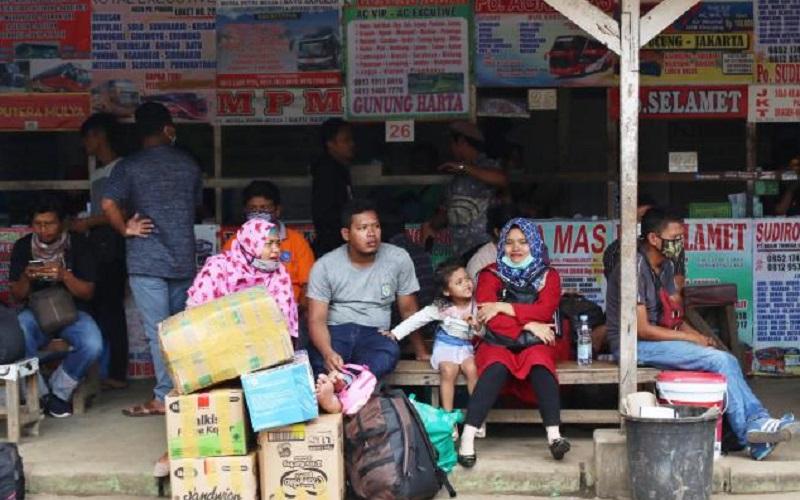 Calon penumpang menunggu bus untuk mudik lebih awal di Agen Bus Antar Kota Antar Provinsi (AKAP) Pondok Pinang, Jakarta - Bisnis