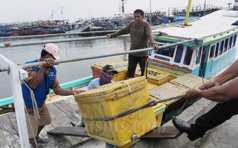Nelayan melakukan aktivitas di Pelabuhan - Bisnis/Himawan L. Nugraha