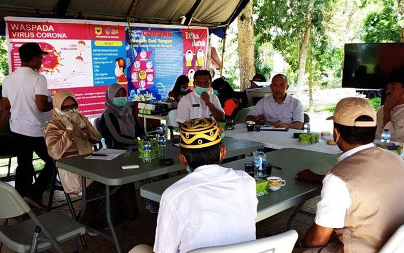 Rapat bersama Gugus Tugas Penanganan COVID-19 di Kabupaten Tanah Datar, Sumatra Barat, Jumat (27/3/2020) di Batusangkar. - Antara/Etri Saputra