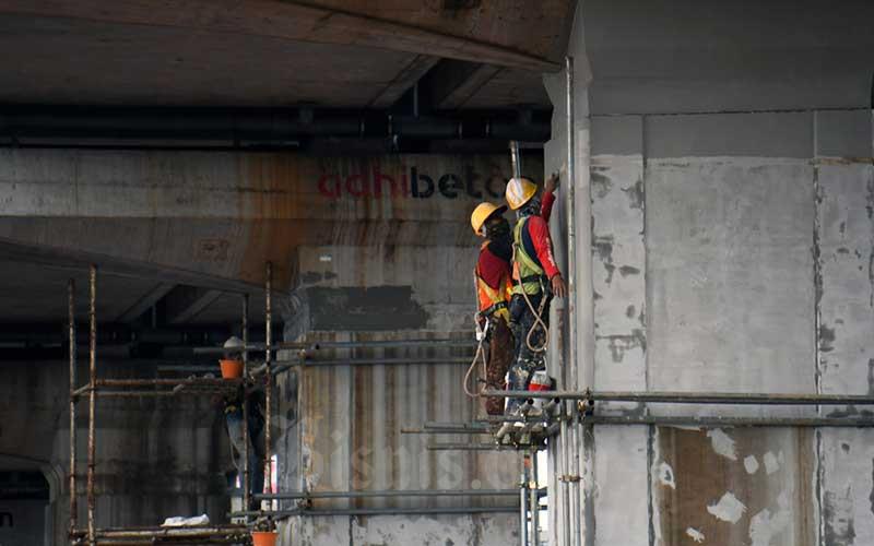 Pekerja beraktifitas di proyek LRT Jabodetabek di Jakarta, Rabu (18/3/2020). - Bisnis/Abdurachman