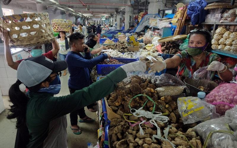 Pedagang bumbu melayani pembeli saat dibukanya kembali Pasar Badung pascapenutupan terkait imbauan tidak keluar rumah di Denpasar, Bali, Jumat (27/3/2020). Pemerintah Kota Denpasar mulai menerapkan sistem belanja lewat internet di pasar tradisional terbesar di Bali tersebut untuk membatasi lalu lalang orang sebagai upaya pencegahan penyebaran Covid-19. - Antara/Nyoman Hendra Wibowo