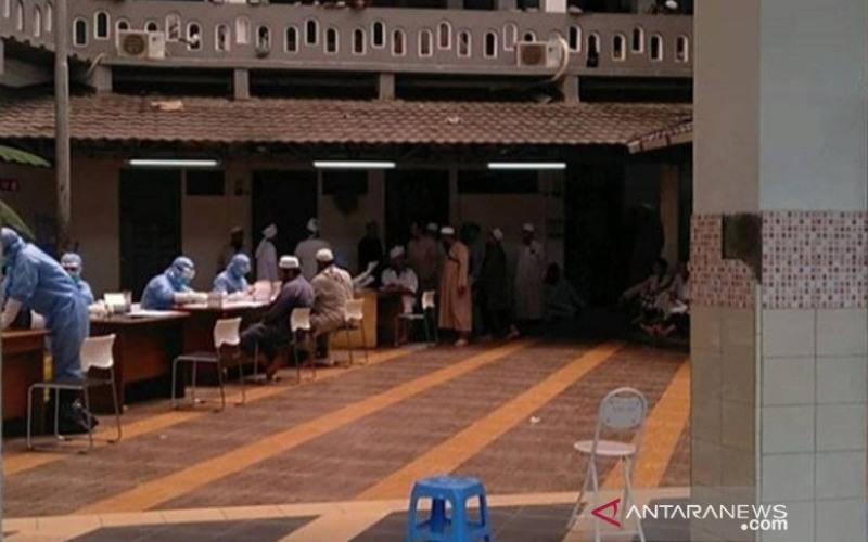 Koramil 01/TS bersama tim kesehatan mengadakan rapid test COVID-19 yang dilaksanakan oleh Puskesmas Tamansari, kepada jamaah Masjid Jami Kebon Jeruk, Tamansari, Jakarta Barat, Kamis (26/3/2020). ANTARA/Instagram/kodim0503_jb/aa. (ANTARA/Instagram/Kodim05 - 03JB)