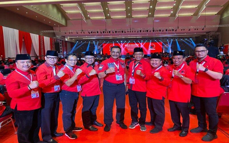 Ketua Fraksi PDIP DPRD Kota Batam, Putra Yustisi Respaty (kanan) saat berfoto bersama anggota Fraksi PDIP.