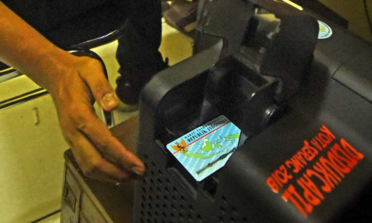 Petugas mencetak KTP (Kartu Tanda Penduduk) Elektronik di Kantor Disdukcapil Kota Serang, Banten, Rabu (4/3/2020). Dirjen Dukcapil Kemendagri Arif Fakrulloh melarang seluruh Dinas Kependudukan menerbitkan Surat Keterangan (Suket) sebagai pengganti KTP karena blanko E-KTP sudah tersedia dan mencukupi sehingga semua pemohon KTP sudah harus bisa dilayani. ANTARA FOTO - Asep Fathulrahman