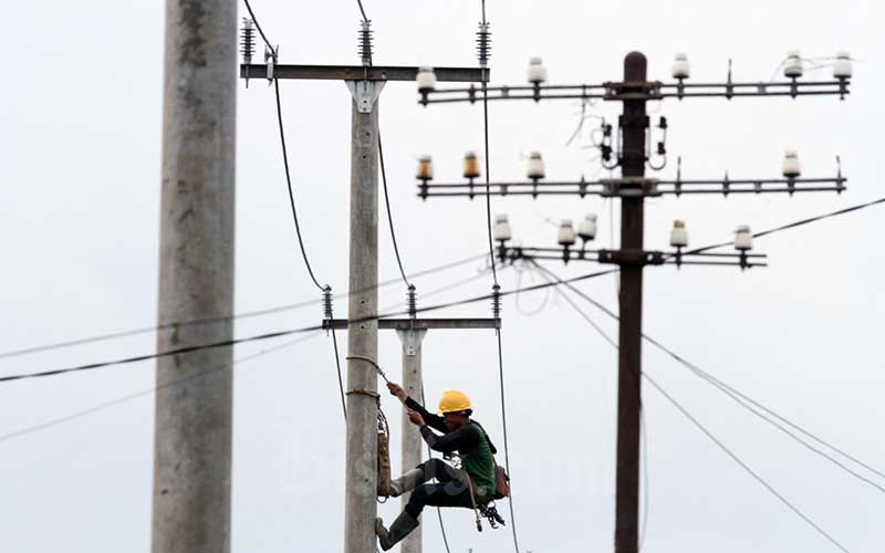 Petugas memasang kabel tegangan tinggi di Bandung, Jawa Barat, Sabtu (21/3/2020). Bisnis - Dedi Gunawan