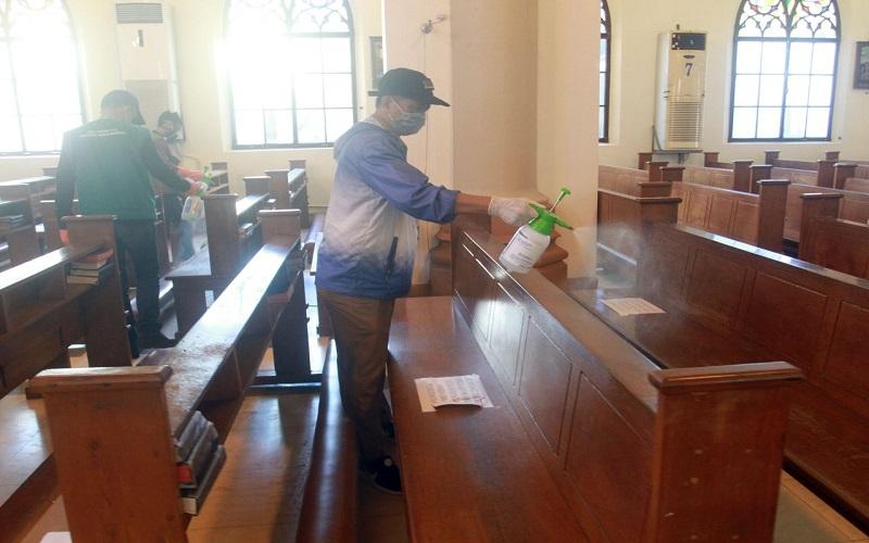 Petugas pemadam kebakaran Kota Makassar dan tim relawan Fakultas Teknik Industri Universitas Muslim Indonesia (FTI UMI) melakukan penyemprotan cairan disinfektan di Gereja Katedral - Paulus Tandi Bone