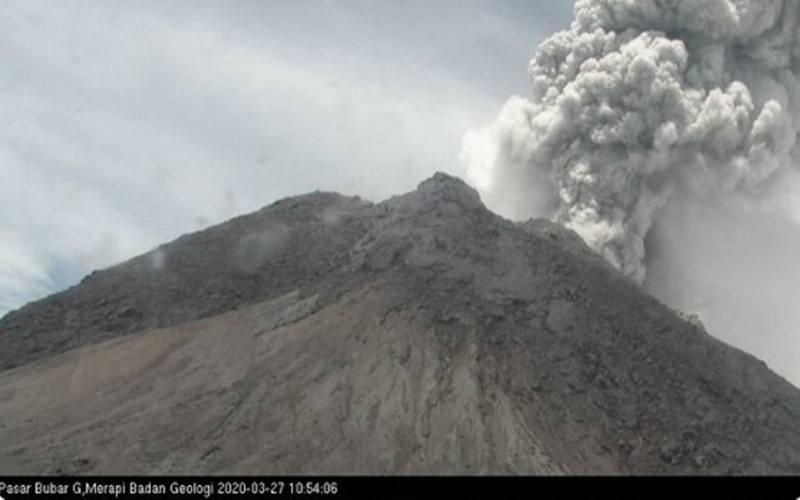 Gunung Merapi erupsi dengan tinggi kolom erupsi 5.000 meter dari puncak pada hari Jumat (27/3/2020). - Twitter @aw3126