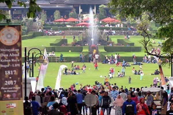 Pengunjung Kebun Raya Bogor di suasana normal - Antara