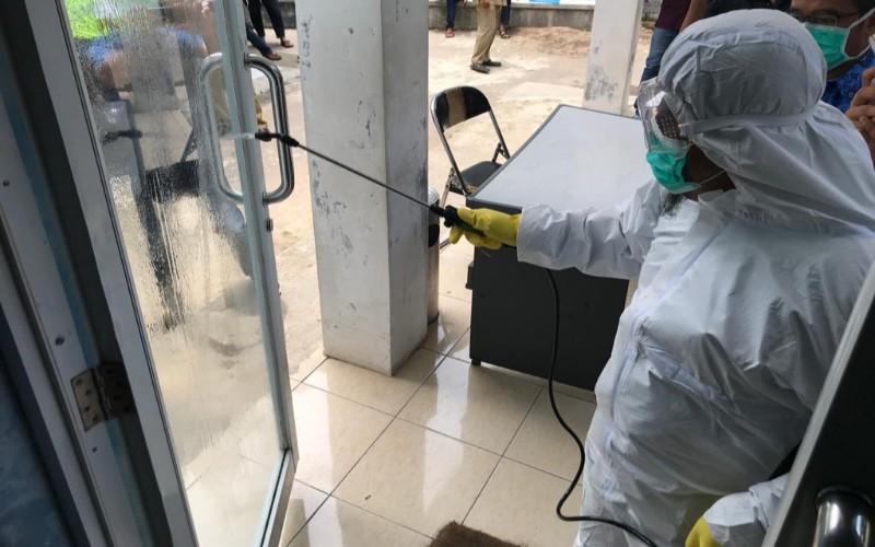 Penyemprotan disinfektan di Cirebon - Bisnis/Hakim Baihaqi