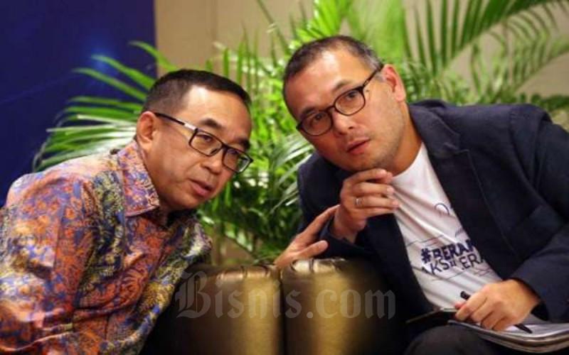 Ketua Umum Asosiasi Perusahaan Pembiayaan Indonesia Suwandi Wiratno (kiri) berbincang dengan Chief Risk Officer Akseleran Elquino Simanjuntak di sela-sela diskusi Digital Economic Forum - Bisnis / Dedi Gunawan