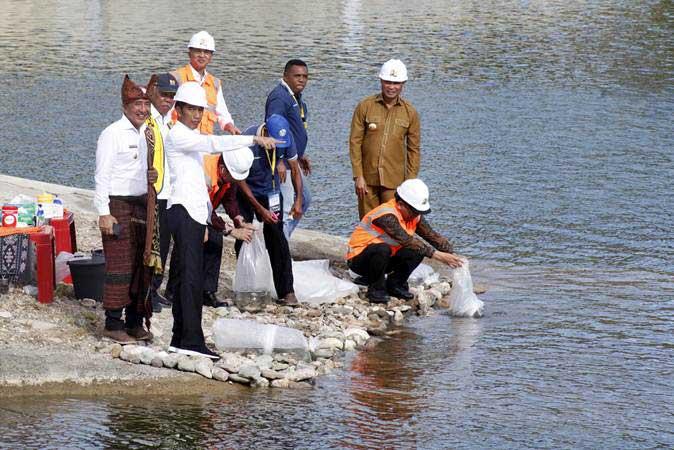 Presiden Joko Widodo (ketiga kiri) bersama Menteri PUPR Basuki Hadimuljono (kedua kiri), Mensesneg Pratikno (kiri), Gubernur NTT Viktor Laiskodat (kedua kanan), dan Bupati Belu Willy Lay (kiri) di sela-sela peresmian Bendungan Rotiklot di Belu, Atambua, NTT, Senin (20/5/2019). - ANTARA/Yulius Satria Wijaya