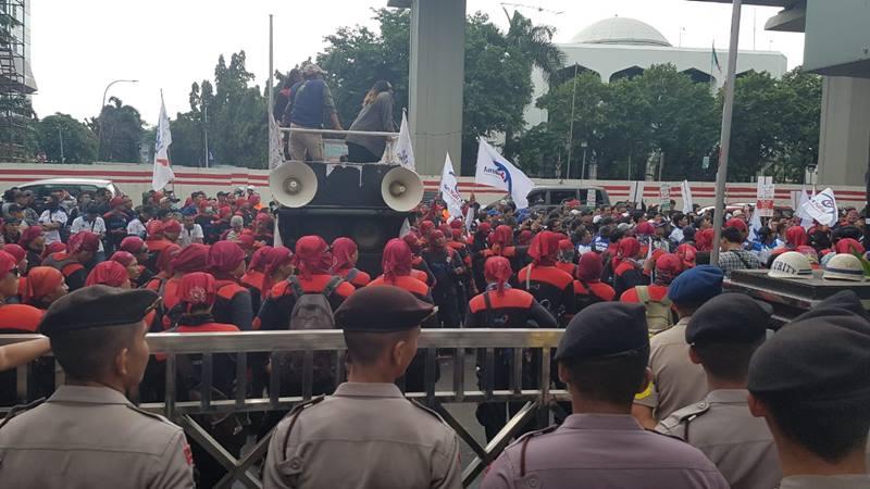 Federasi Serikat Pekerja Metal Indonesia (FSPMI) menggelar aksi unjuk rasa menolak kenaikan iuran BPJS Kesehatan di depan Kantor Kementerian Kesehatan, Jakarta, Kamis (6/2/2020) - Denis Riantiza M