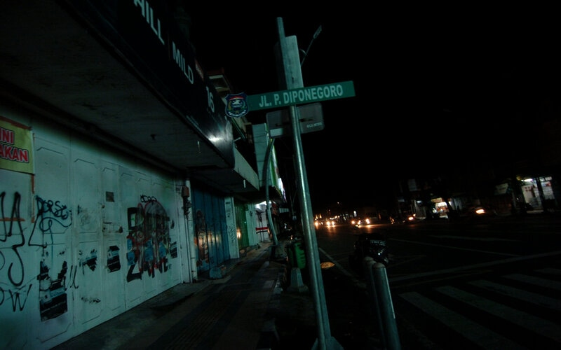 Suasana jalan yang gelap dan sepi di Jalan Diponegoro, Tegal, Jawa Tengah, Jumat (27/3/2020) malam. Pemadaman seluruh lampu jalan kota dan Alun-alun Kota Tegal oleh Pemerintah Kota Tegal sejak lima hari lalu hingga waktu yang belum ditentukan tersebut untuk mencegah adanya kerumunan massa di jalan antisipasi penyebaran COVID-19. - ANTARA FOTO/Oky Lukmansyah