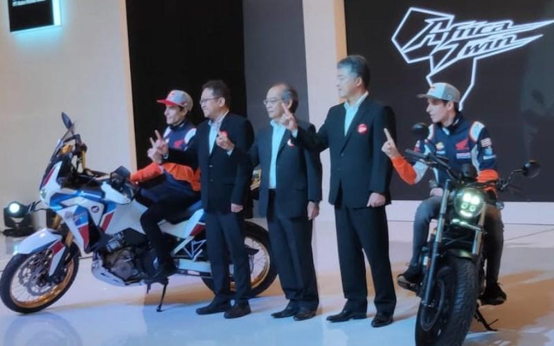 Pebalap MotoGP dari Repsol Honda Team Marc Marquez (paling kiri) dan Alex Marquez (paling kanan) bersama direksi Astra Honda Motor di sela-sela peluncuran produk anyar Honda di Jakarta, Selasa (4/2/2020) - Bisnis.com/Setyo Aji Harjanto.