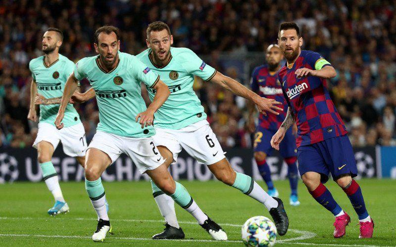 Foto arsip: Pesepak bola Barcelona Lionel Messi membawa bola yang dijaga pesepak bola Inter Milan Stefan de Vrij dan Diego Godin dalam laga group F Liga Champions, di Stadion Camp Nou, Barcelona, Spanyol, Rabu (2/10/2019) - Antara.