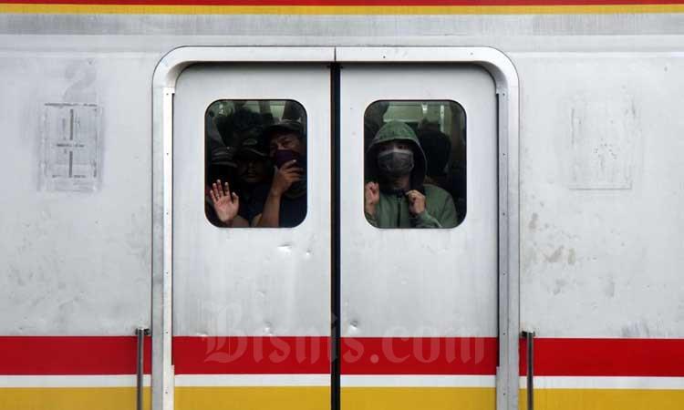Penumpang menggunakan masker saat berada di gerbong kereta commuter line (KRL) jurusan Depok/Bogor-Jatinegara/Angke di Jakarta, Selasa (3/3/2020). - Bisnis/Himawan L Nugraha