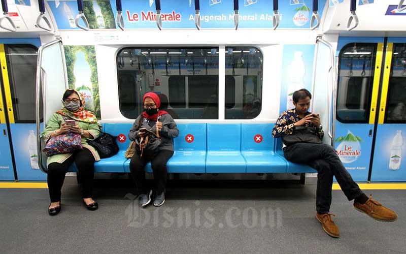 Penumpang berada di dalam kereta MRT di Jakarta, Kamis (19/3/2020). - Bisnis/Arief Hermawan P