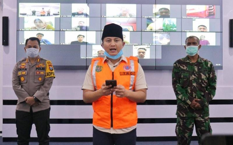 Bupati Trenggalek Mochamad Nur Arifin (tengah) menyampaikan keterangan mengenai pembatasan wilayah di kabupaten tersebut di Gedung Smart Center, Trenggalek, Jawa Timur, Minggu (29/3/2020). - ANTARA\n