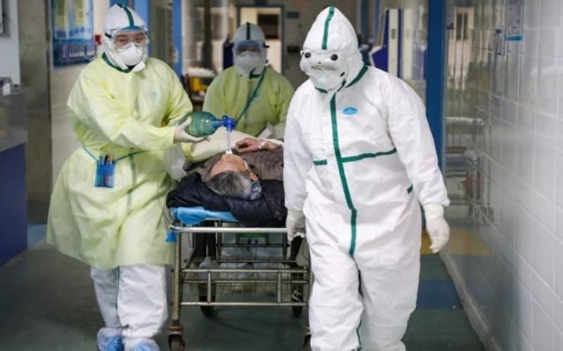 Ilustrasi tenaga medis membawa pasien covid 19