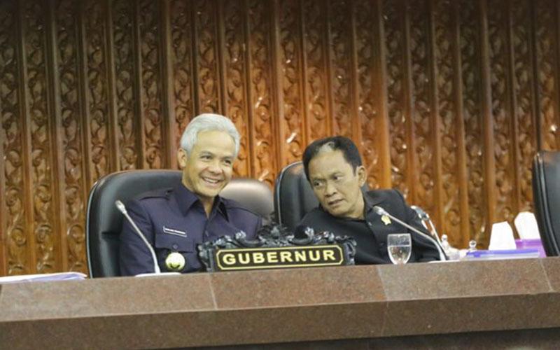 Gubernur Jawa Tengah Ganjar Pranowo (kiri) berbincang bersama Ketua DPRD Jateng Bambang Kusriyanto dalam sidang paripurna yang digelar pada Senin (20 - 1 / 2020), DPRD Jateng menyetujui Raperda pembentukan perusahaan daerah pengelola migas di Jateng.