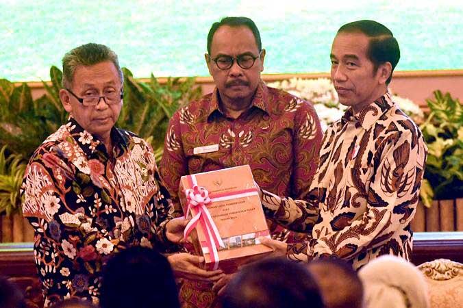 Presiden Joko Widodo (kanan) menerima Laporan Hasil Pemeriksaan atas Laporan Keuangan Pemerintah Pusat (LHP LKPP) tahun 2018 dan Ikhtisar Hasil Pemerikaan Semester (IHPS) II tahun 2018 dari Ketua BPK Moermahadi Soerja Djanegara (kiri) dan Wakil Ketua BPK Bahrullah Akbar di Istana Negara, Jakarta, Rabu (29/5/2019). - ANTARA/Akbar Nugroho Gumay