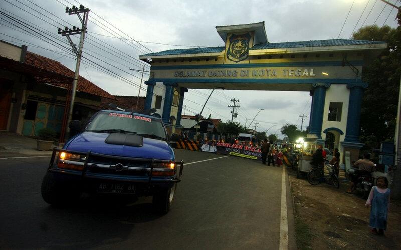 Pengendara memutar arah saat isolasi wilayah Kota Tegal, Jawa Tengah, Minggu (29/3/2020). Penutupan 50 titik jalan masuk ke Kota Tegal tersebut membuat warga harus memutar arah hingga tiga kilometer. - Antara/Oky Lukmansyah