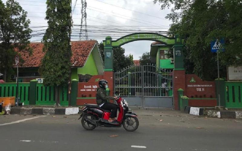Warga melewati salah satu sekolah di Kabupaten Cirebon - Bisnis/Hakim Baihaqi