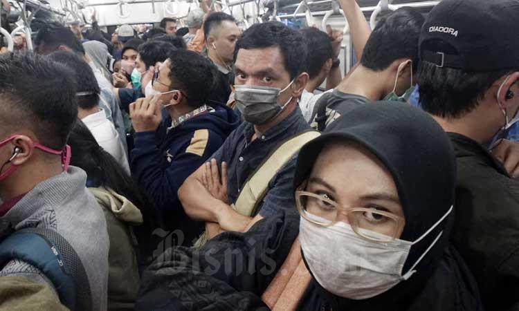Penumpang menggunakan masker saat berada di gerbong kereta commuter line (KRL) jurusan Depok/Bogor-Jatinegara/Angke di Jakarta, Selasa (3/3/2020). - Bisni/Himawan L Nugraha
