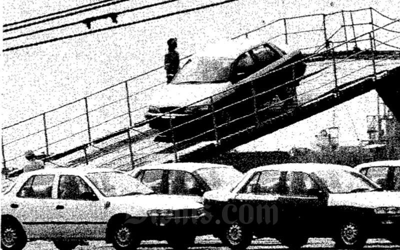 Mobil Timor saat sedang diturunkan di Pelabuhan Tanjung Priok, Jakarta Utara. Mobil tersebut dirakit di Korea Selatan untuk kemudian dijual di Indonesia.