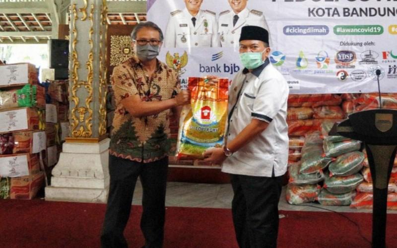 Pemerintah Kota Bandung mulai distribusikan 23.000 paket sembako senilai Rp4,6 miliar kepada keluarga miskin dan sangat miskin di Kota Bandung. - Bisnis/Dea Andriyawan