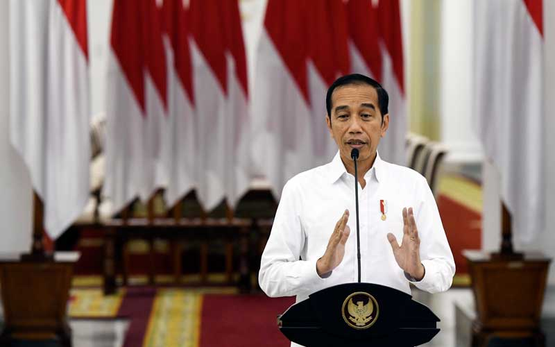 Presiden Joko Widodo memberikan keterangan pers terkait COVID-19 di Istana Bogor, Jawa Barat, Senin (16/3/2020). Presiden Joko Widodo meminta kepada kepala pemerintah daerah untuk berkomunikasi kepada pemerintah pusat seperti Satgas  COVID-19 dan Kementerian dalam membuat kebijakan besar terkait penanganan COVID-19, dan ditegaskan kebijakan