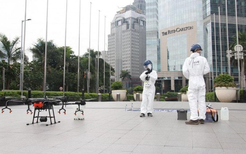Ilustrasi penyemprotan disinfektan menggunakan drone. - Antara