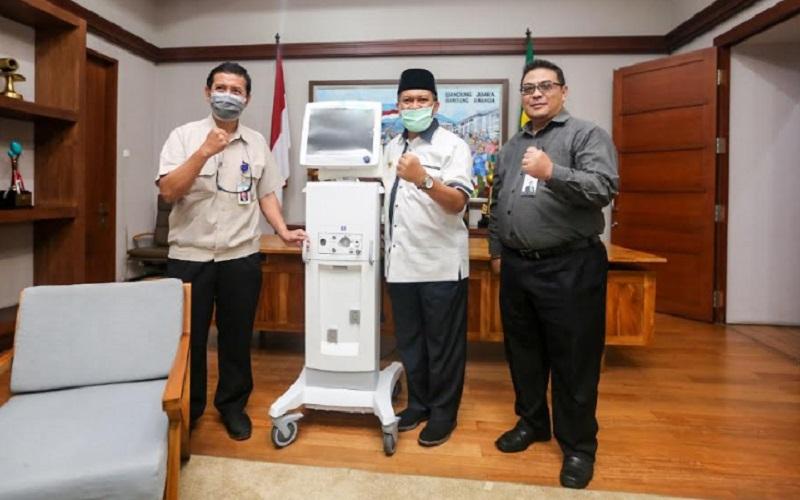 Rumah Sakit Hasan Sadikin (RSHS) menerima bantuan satu unit ventilator dari Hegarmanah Residence dan Ciumbuleuit Group di Balai Kota Bandung, Senin (30/03/2020). Wali Kota Bandung, Oded M. Danial menyaksikan secara langsung penyerahan bantuan tersebut. - Bisnis/Dea Andriyawan