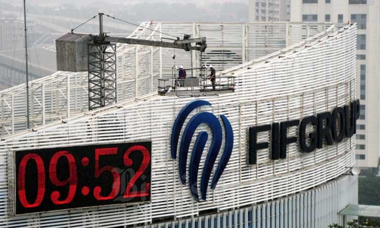 Pekerja beraktifitas di dekat logo FIF Group, Jakarta, Sabtu (29/2/2020). Bisnis - Himawan L Nugraha