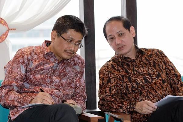 Presiden Direktur PT Mandiri Utama Finance (MUF) Stanley Setia Atmadja (kanan) berdiskusi dengan Finance Director Kuki Kadarisman, di sela-sela paparan publik di Jakarta, Rabu (14/3/2018). - JIBI/Dwi Prasetya