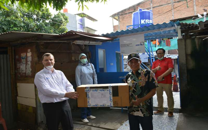 Presdir KSB Indonesia Philippe Olivier mereviltalisasi sarana MCK di Bendungan Hilir, Jakarta Pusat. - Istimewa